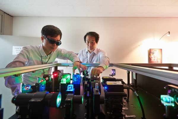 ETRI succeeded in developing a hologram that can implement colors from 360°. Research team is arranging optic axis of holographic printer.