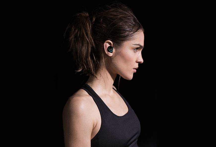 With the Dash is a music player, 4 gigabytes of storage, a microphone to take phone calls and sensors that monitor your position, heart rate and body temperature.